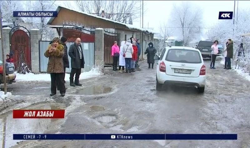 Алматы облысында Еңбек саяжайының тұрғындары жол зардабын тартуда