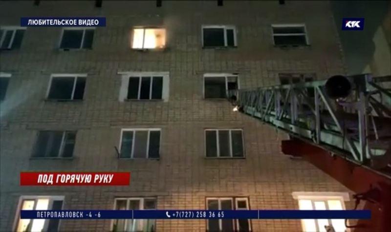 Житель Кокшетау порезал себя и жену, устроил поджог и выбросился из окна