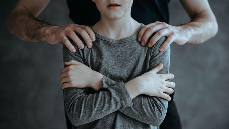 К 15 годам тюрьмы приговорили бывшего полицейского, насиловавшего подростка в селе Абай