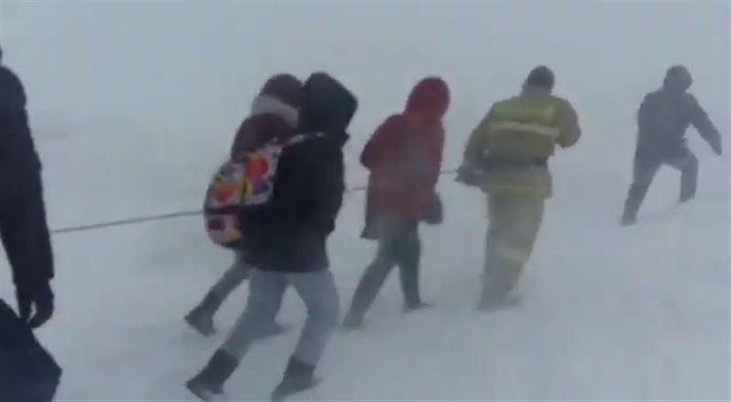 Сильный буран: в Акмолинской области сняли на видео  людей, связанных друг с другом веревкой