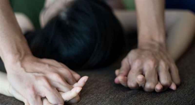 Мужчина насиловал 13-летнюю дочь своей сожительницы, а мать закрывала на это глаза