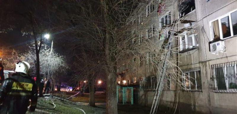 Алматинские пожарные вытащили ребенка из горящей квартиры