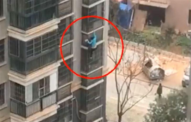 62-летняя женщина спустилась по стене здания с восьмого этажа с лапшой в руках