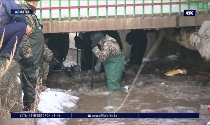 Спасатели пытаются уберечь дома алматинцев от паводков