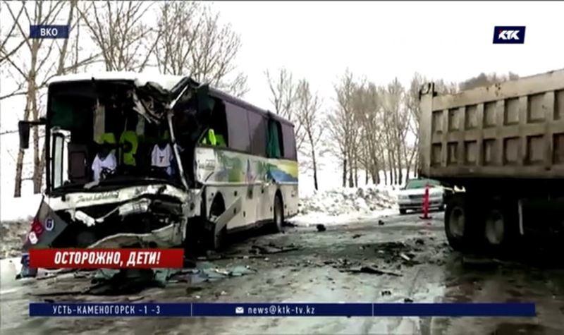 14 школьников пострадали при столкновении автобуса с грузовиком