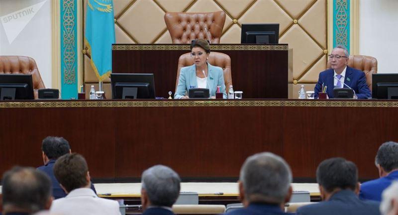 Назарбаеваның орынбасары түскі асқа асыққан депутаттарға ұрсып тастады