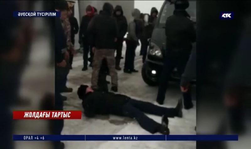 Полиция қызметкерлерін көлікпен мыжып кете жаздаған