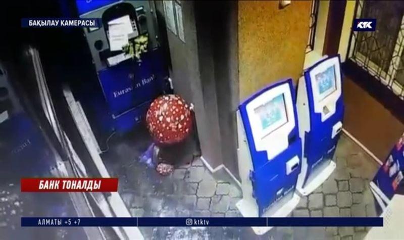 Ақсуда банктегі банкоматты жарып жіберді