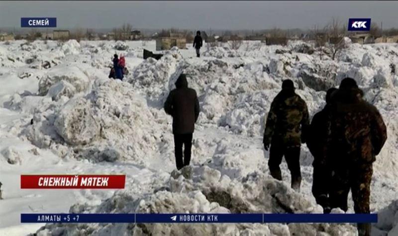 Снежный полигон грозит поглотить дачный массив в Семее