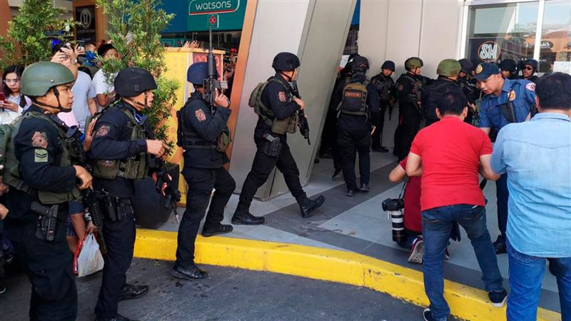 Мужчина взял в заложники 30 человек на Филиппинах