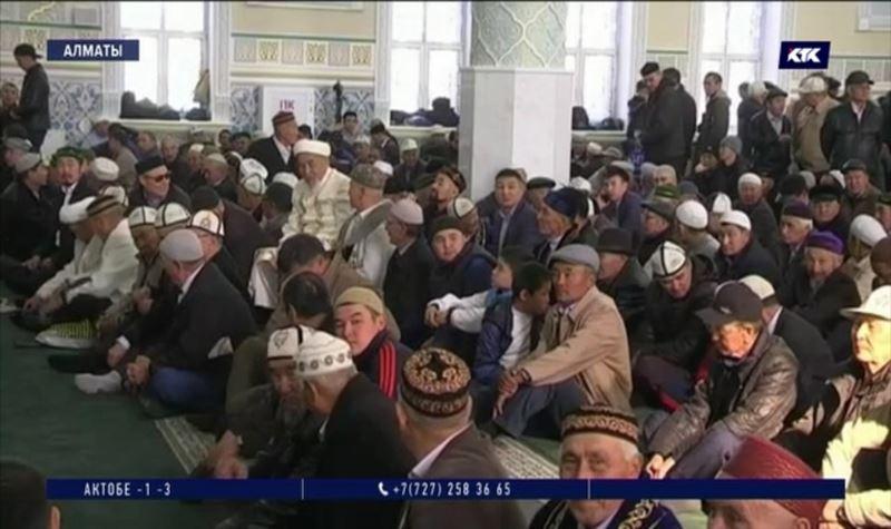 Отказаться от походов в мечеть советуют всем кашляющим и чихающим