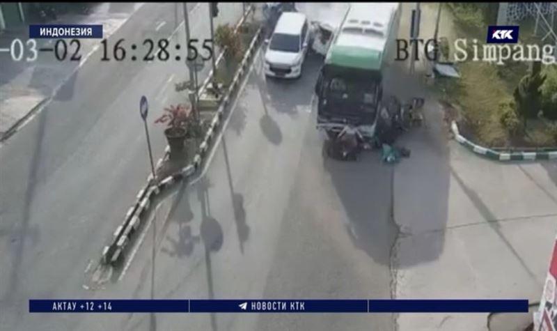 Массовое ДТП в Индонезии: у автобуса отказали тормоза