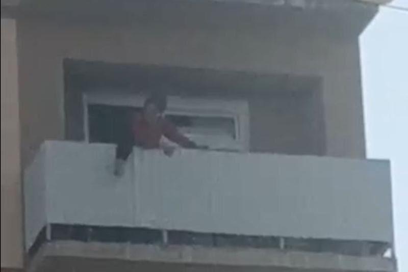 Түркістандық полицейлер бесінші қабаттан секірмекші болған әйелді аман алып қалды