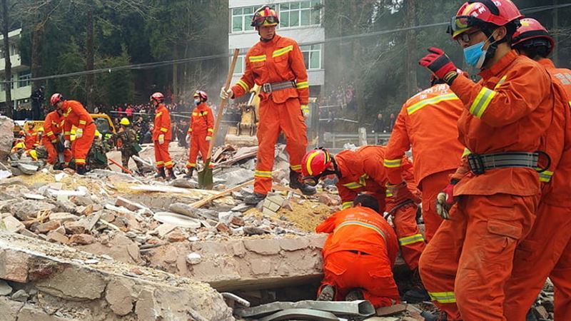 Число жертв обрушения здания отеля на востоке Китая  увеличилось до 18 человек
