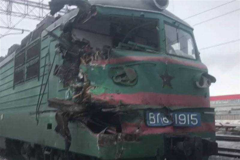 В Павлодарской области грузовой поезд протаранил электровоз с 20 вагонами