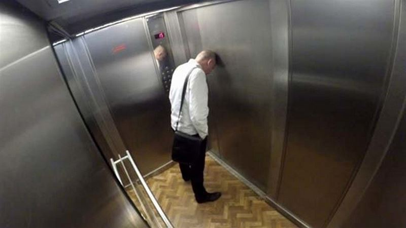 Алматыда жөтеліп тұрған ер адам лифт батырмаларына түкіріп кеткен