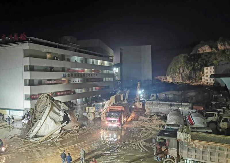 В Китае оползень сошел на цементный завод, 7 человек пропали без вести