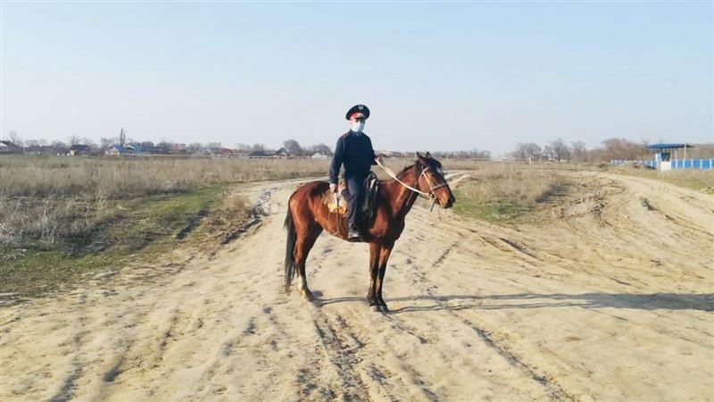 В Алматы конный патруль подключили к охране границ по периметру карантинной зоны