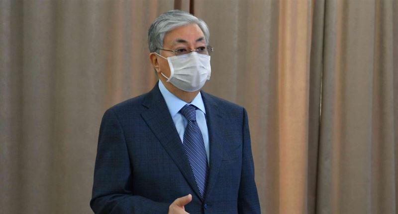 Президент передал волонтерам 500 тысяч медицинских масок
