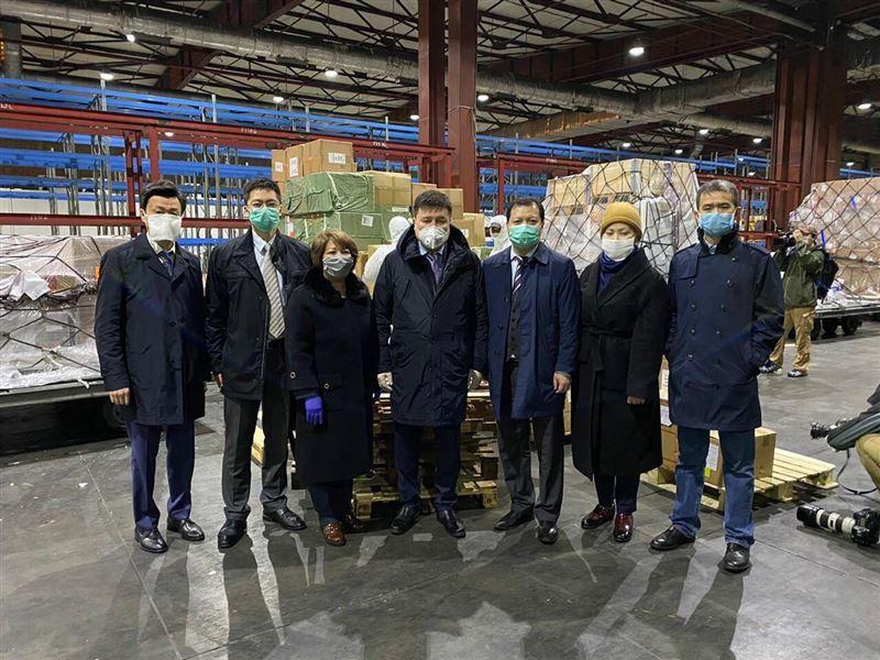 В аэропорт Алматы из Китая прибыла гуманитарная помощь