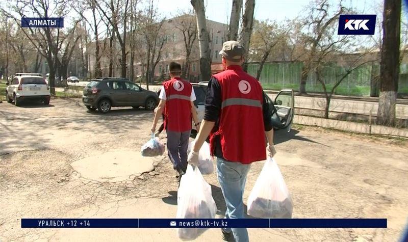 Волонтеры Красного Полумесяца доставляют медикаменты пенсионерам