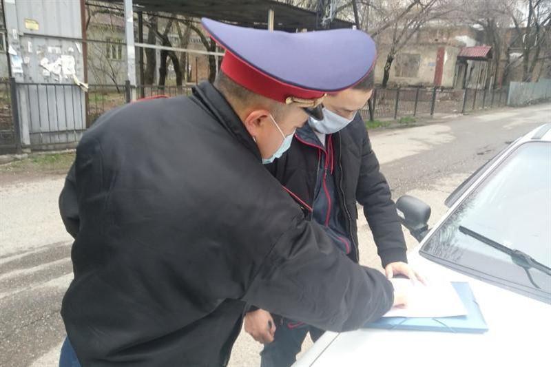 Алматыда полиция көшеде себепсіз жүрген 11 адамды жауапқа тартты