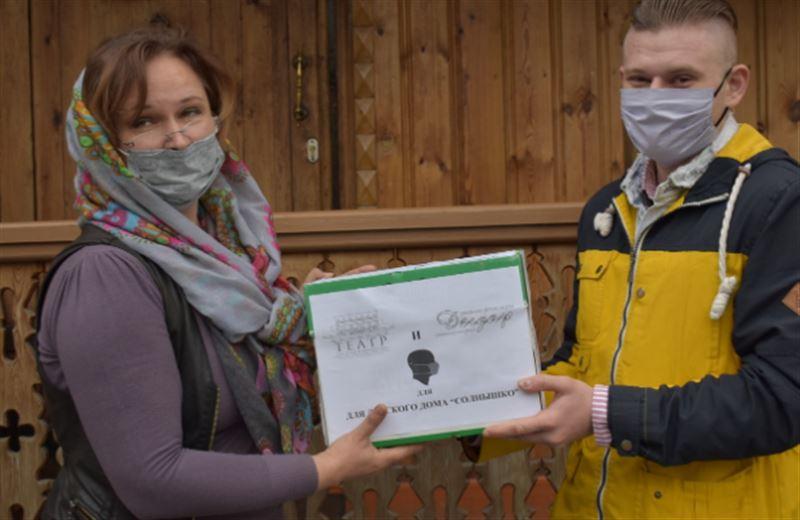 Акцию по раздаче масок организовали представители театра им. Н. Сац и фонда «Дегдар»