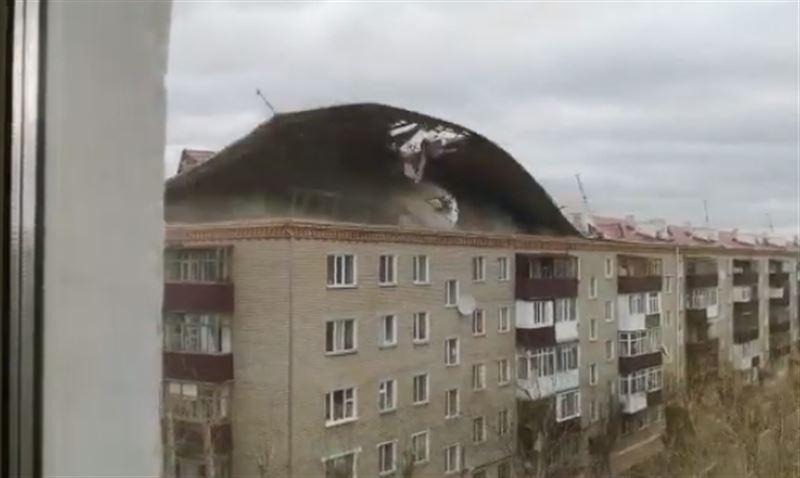 Сильный ветер сорвал крышу дома в Кокшетау