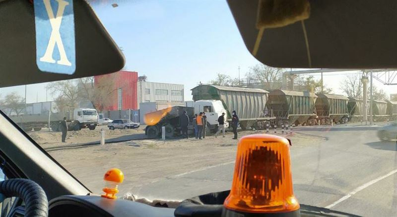 Столкновение КамАЗа и поезда произошло в Актау