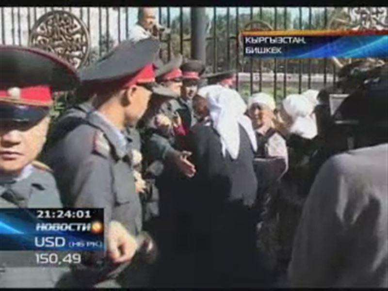 В Бишкеке к Белому дому пытались прорваться матери-героини