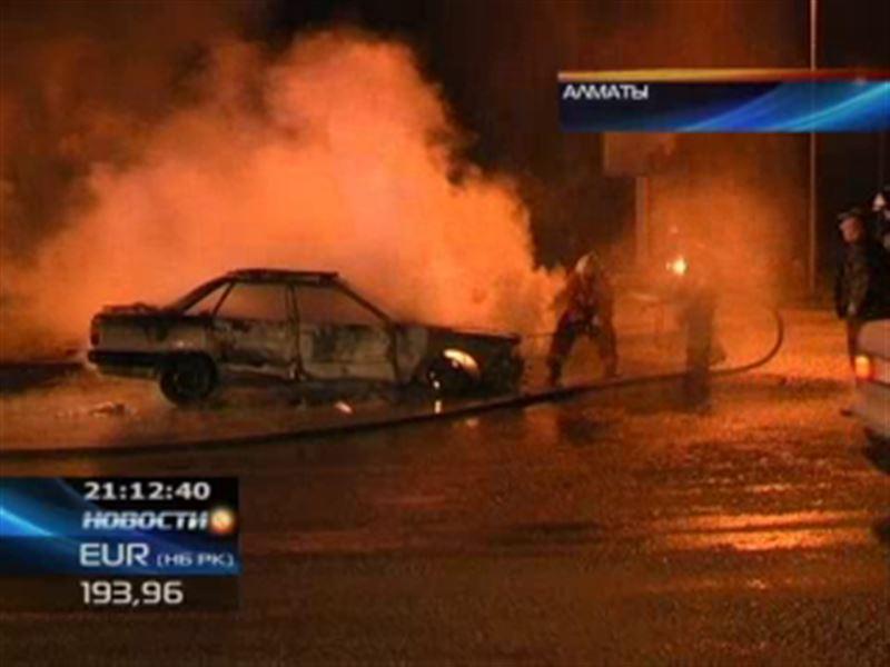 В Алматы прямо на дороге дотла сгорел автомобиль
