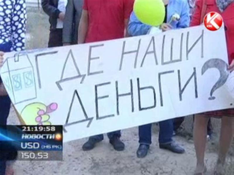 В Актау митингуют дольщики - с плакатами, кастрюлями и воздушными шариками
