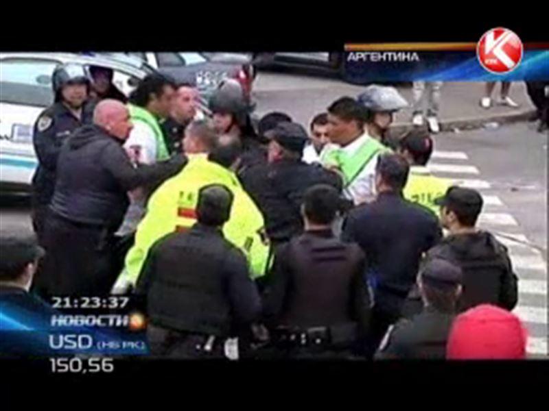 В Аргентине болельщики устроили кровавую потасовку прямо во время матча