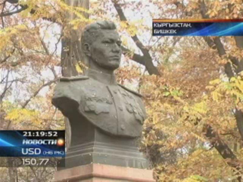 В Бишкеке осквернили памятник Талгату Бегельдинову