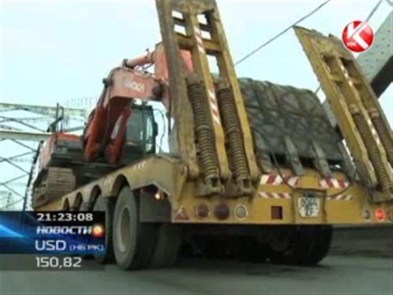 В Петропавловске грузовик снёс верхние пролёты моста и застрял