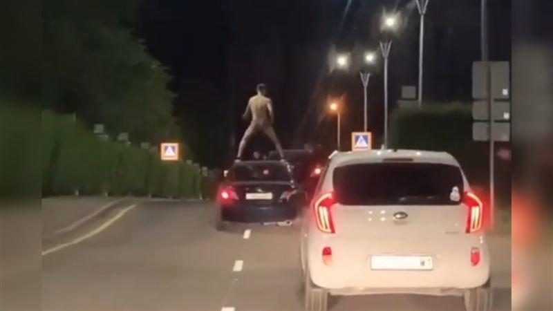 Мужчина в трусах проехал на крыше авто в Нур-Султане