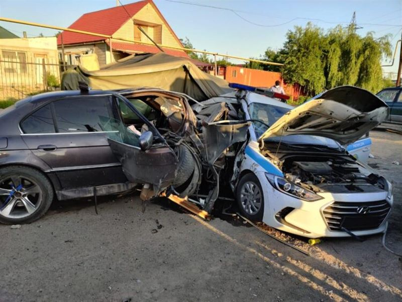 В Алматы пьяный водитель протаранил блокпост, погиб полицейский