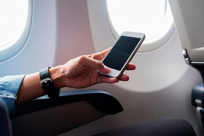 Чем опасен включенный на борту самолета телефон