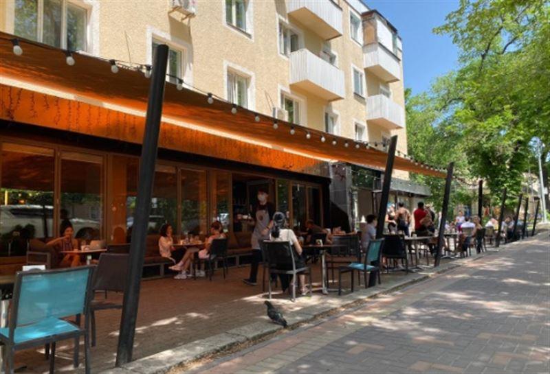 Как алматинцы соблюдаютсанитарные нормы в открывшихся кафе