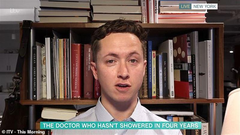 Не мывшийся четыре года доктор посоветовал следовать его примеру