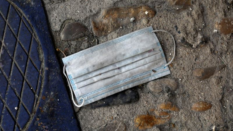 Жителям Италии грозит штраф за брошенные маски и перчатки