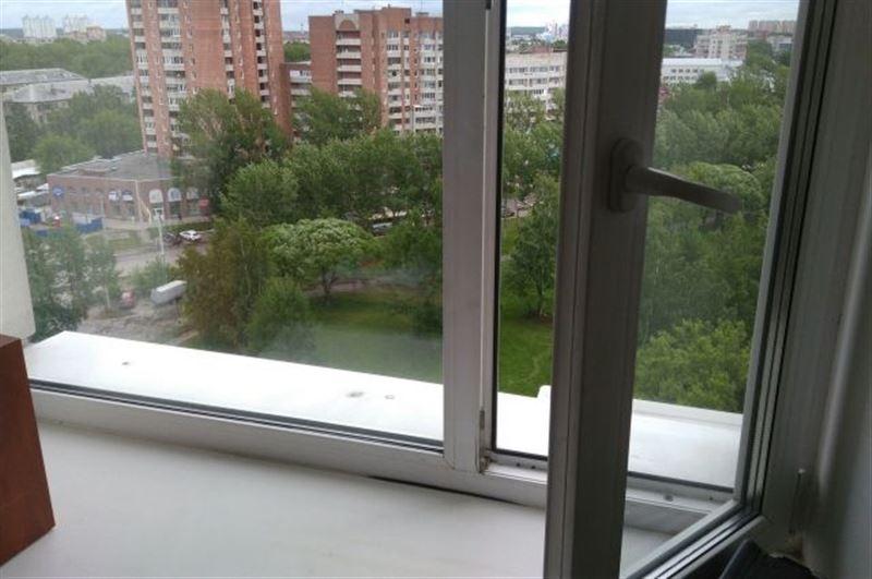 В Карагандинской области 4-летняя девочка скончалась, выпав из окна 5-го этажа