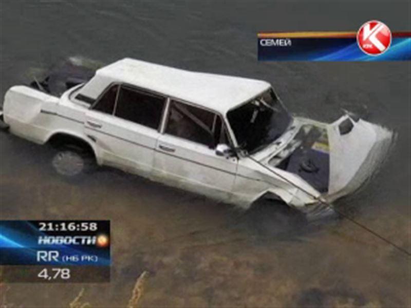 Близ Семея с крутого обрыва прямо в Иртыш сорвался автомобиль