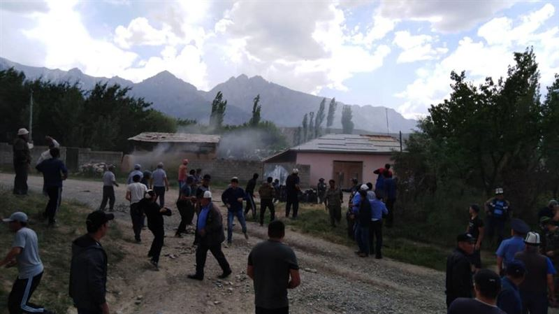 На границе Кыргызстана и Узбекистана произошел конфликт из-за родника, в ход пошли камни