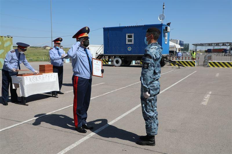В Нур-Султане наградили врачей, полицейских и волонтеров за работу на блокпостах