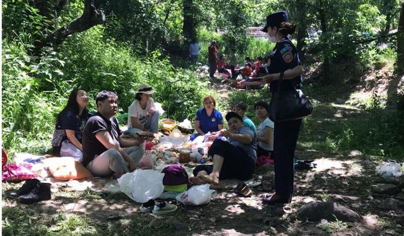 Трех человек оштрафовали за розжиг костров и пикник с кальяном в горах Алматы