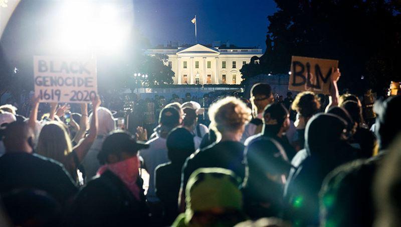 Трампа на время уводили в бункер из-за протестов у Белого дома