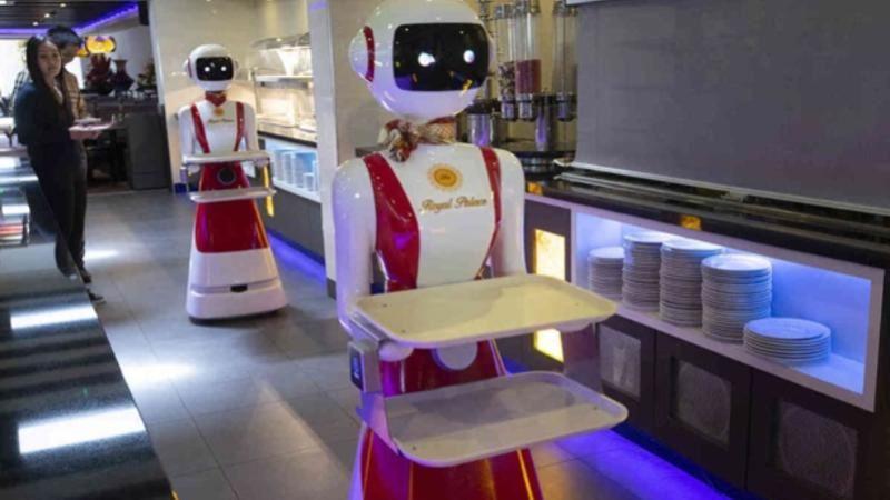 Мейрамхана қонақтарына робот-даяшылар қызмет көрсетеді