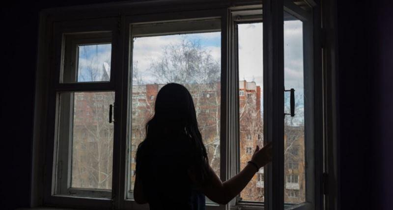 13-летняя девочка выбросилась из окна на 9-м этаже в Рудном