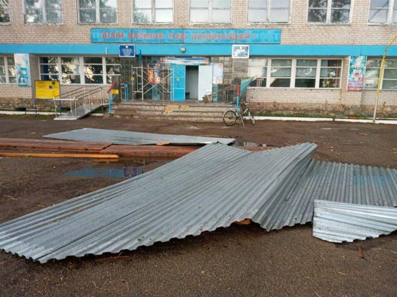 Сильным ветром сорвало крыши с семи зданий в ВКО